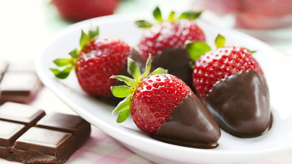 484ce2e4a873b516ab07ff1bf33ca8a9 dark chocolate dipped strawberries 580x326 featuredImage Satisfy your sweet tooth with snacks under 100 cals